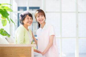 笑う介護職員と利用者