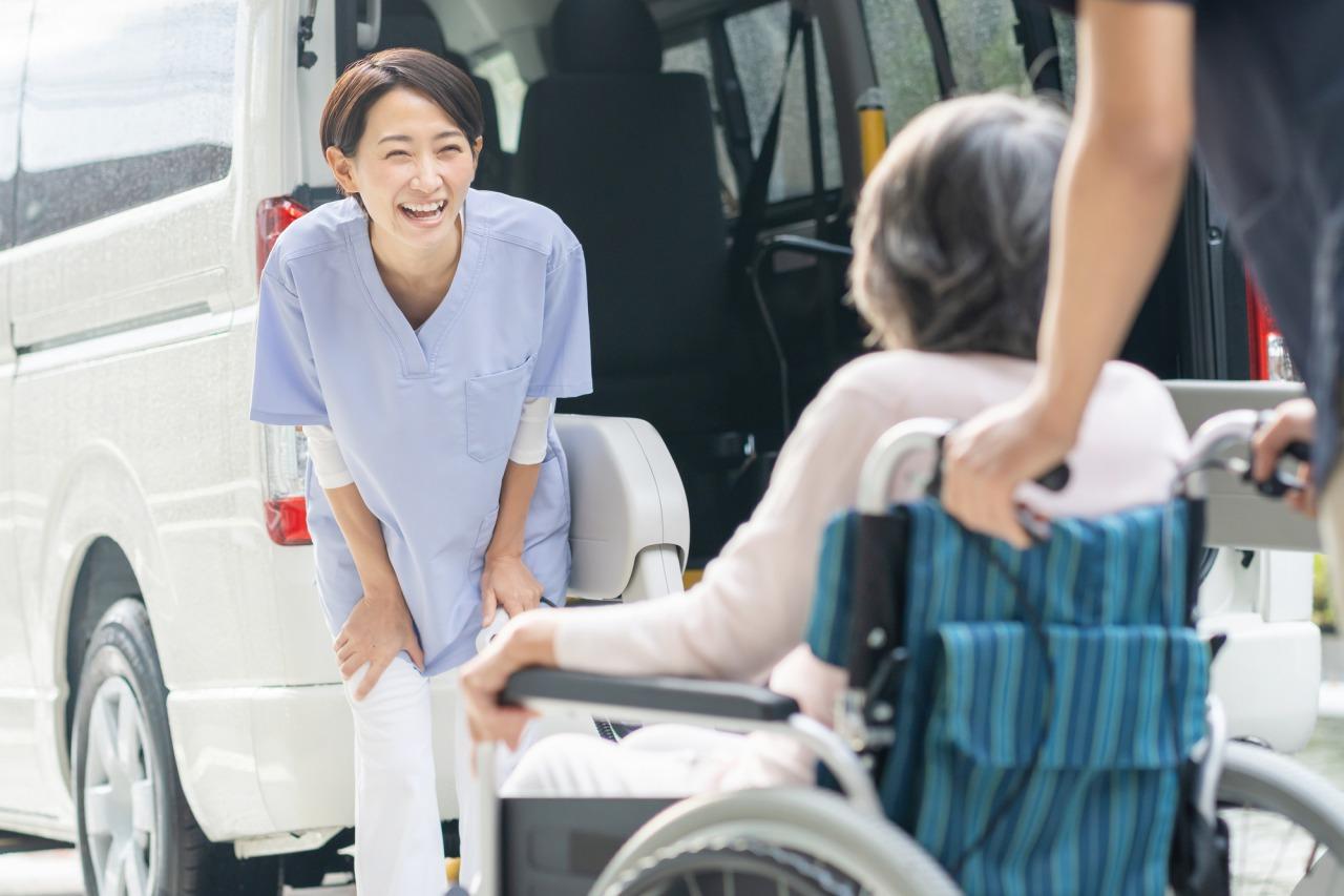 送迎をする笑顔の介護職員