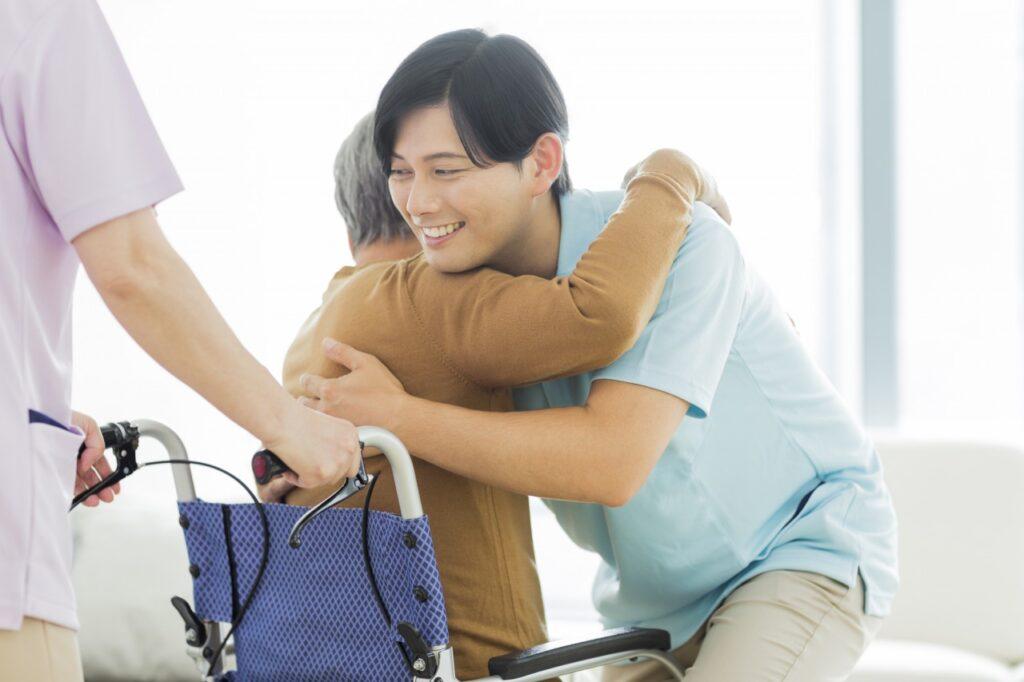 女性を抱きかかえる男性介護職員