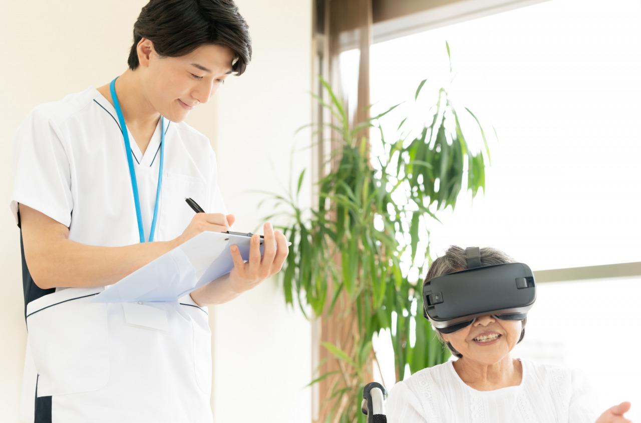 VR体験をする女性と記録を取る男性