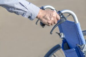 車いすを押す老人